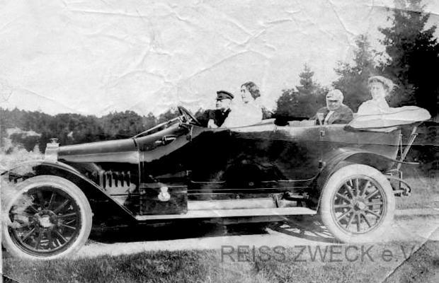 Ausfahrt ins Grüne, v.l.n.r. Paul Reiss, A. Scheibel, Mathilde und Gertrud Reiss